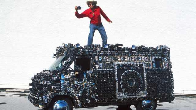 牛人!在面包車上裝2000個相機