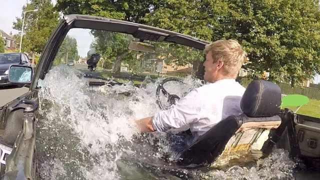 有钱任性,英国小伙在车里泡澡