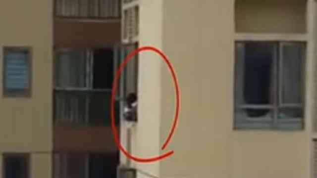 险!女童翻出43楼窗外,身体悬在半空