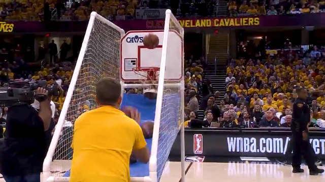 你见过投篮机玩得这么6的人吗?