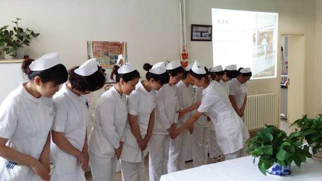 为什么护士上班一定要穿白裤子?