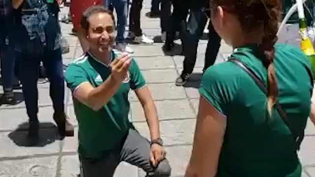 墨西哥球迷国家队获胜后向女友求婚