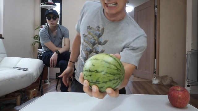 日本网红秀身材,挑战单手捏碎西瓜