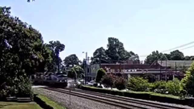 惊险!小车被火车撞碎幸无人伤亡