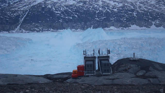 格陵兰冰川崩解,分离出6.5km长冰山