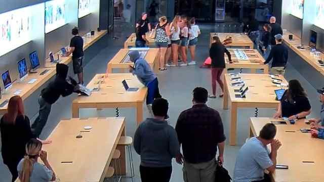 4人抢劫苹果专卖店,手段简单粗暴