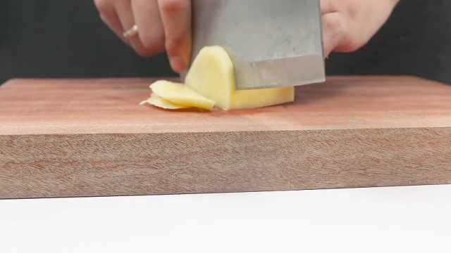 切菜时菜板滑动?3秒解决问题