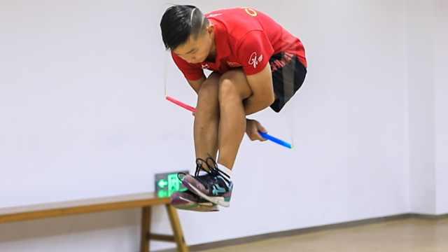 17岁重庆少年刷跳绳纪录,一秒8下