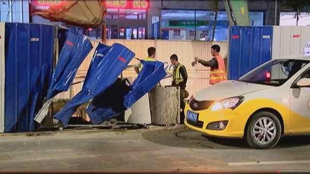 出租车撞围挡,水泥管护住施工人员