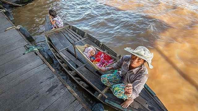 漂流在柬埔寨湄公河的船民
