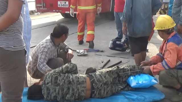 工人被钢筋刺穿多处,消防紧急处置