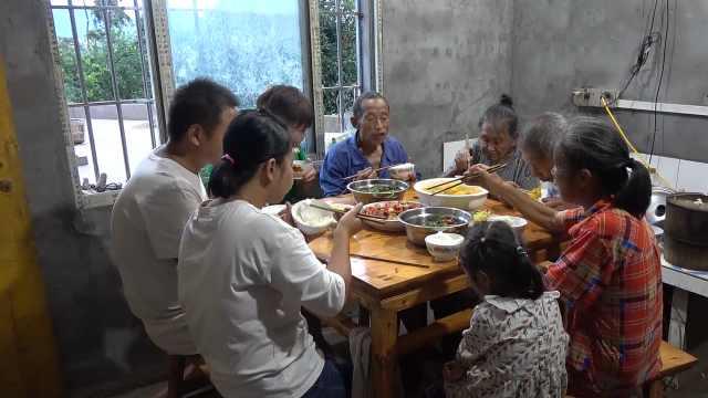 王四家今天吃豆花,表叔幫忙推磨