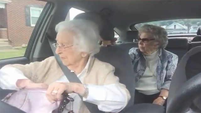 百岁姐妹的日常拌嘴,听不见也要说