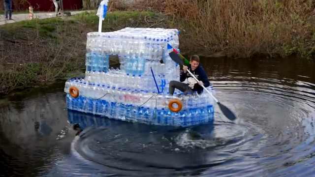 外国小哥脑洞大开,做了一艘塑料船