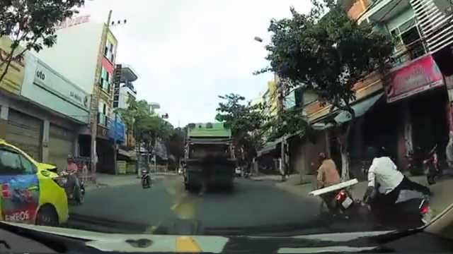 胆大!男子边玩手机边骑摩托出车祸