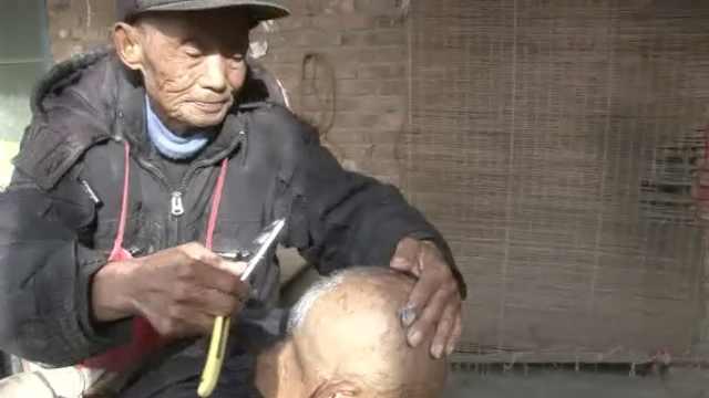 8旬老人学理发为防老:要自力更生