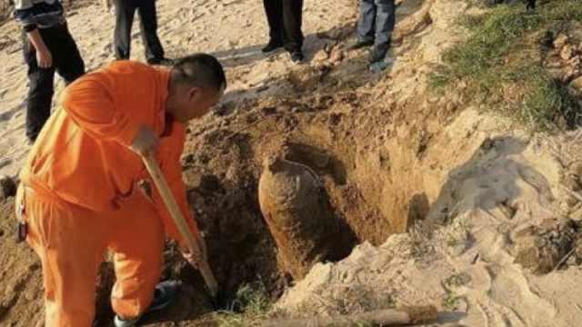 沙滩挖出战时遗留炸弹,被原地爆破