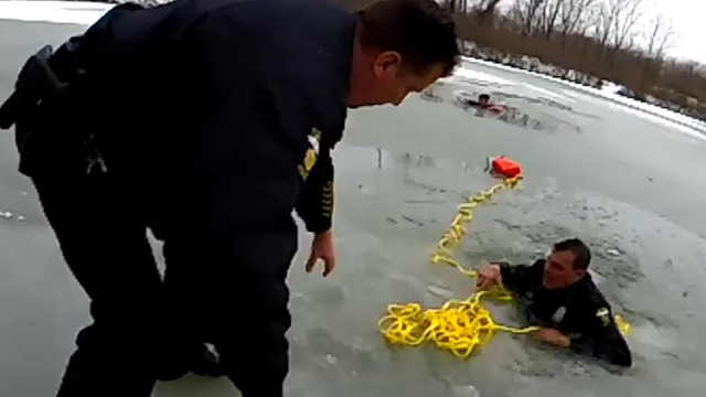 为救17岁少年,美国警察掉入结冰湖