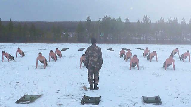 漠河武警战士们雪中赤膊训练
