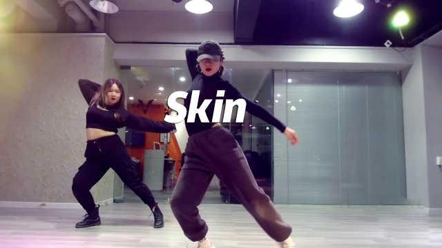 YUNA翻跳《Skin》发挥身体极致美