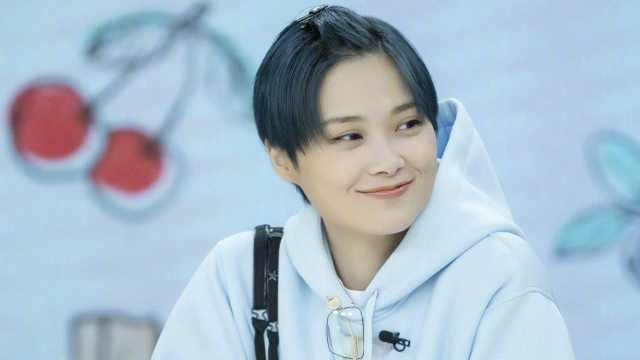 李宇春被阿姨吃瓜,否认三连太可爱