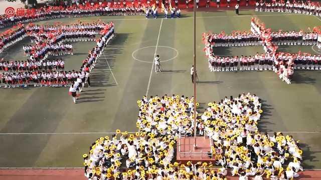 小学生变换队形献礼祖国