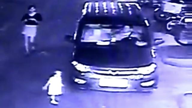 家人低头看手机,2岁女童被车碾死