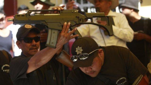 墨西哥当地义务警察团体间发生冲突