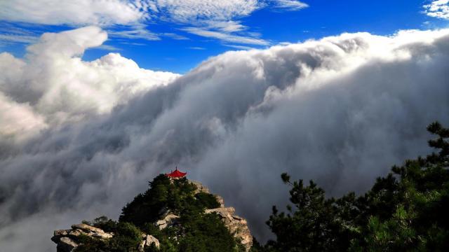 庐山惊现瀑布云景观,美得像牛奶!