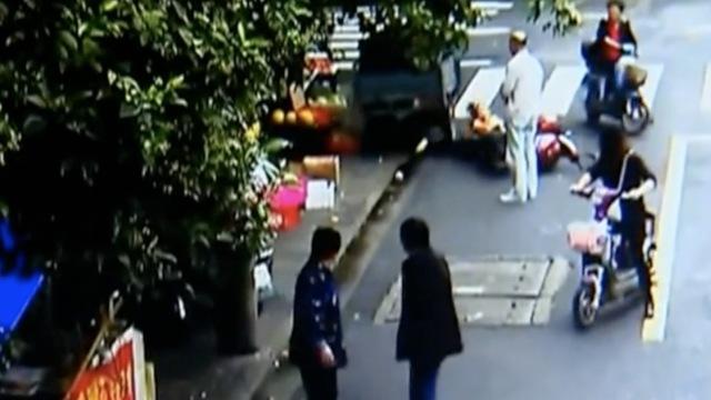 啊?!2岁女孩开车撞倒8岁女孩