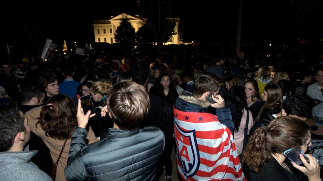 抗议者在白宫前给美国立了一个FLAG