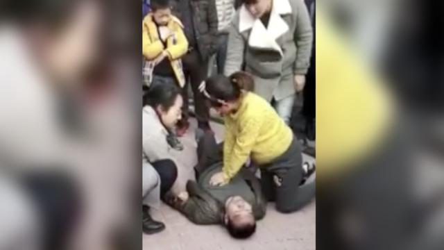 男子突然倒地,怀孕7月护士跪地施救