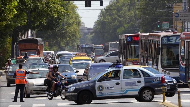顶着交警飙车,阿根廷六旬女子被捕