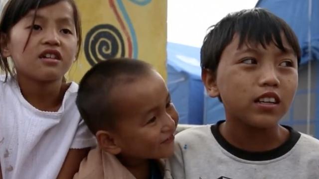 难民营里除了沉重,还藏有他的笑容