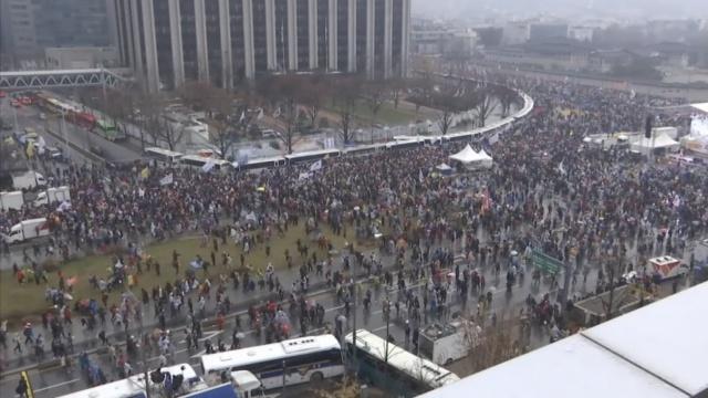 反朴集会,130万人墙包围总统府