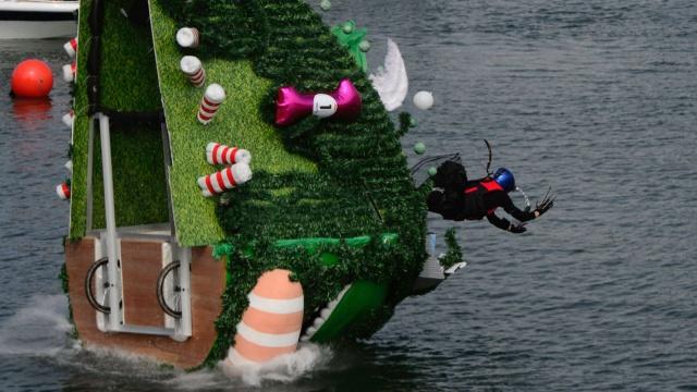 香港飞行器表演赛,一女子坠海昏迷
