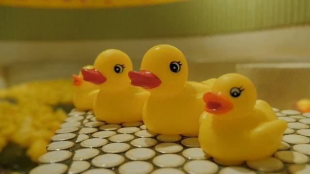 岛国澡堂出奇招,上千小黄鸭包围你