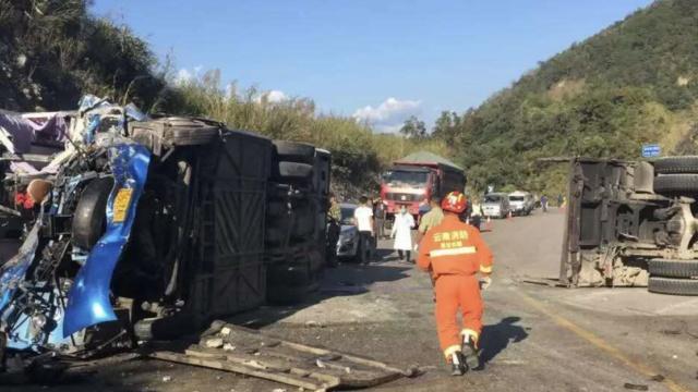 云南一客车撞上货车成废铁,9死6伤