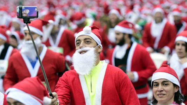 快看!一大波圣诞老人跑过来了……