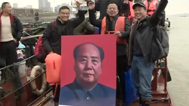 纪念毛泽东诞辰,冬泳者横渡长江