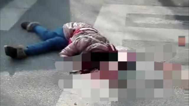 年轻母亲怀抱9个月女儿命丧车轮下