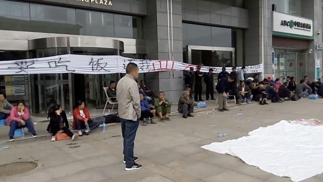 武汉民工建筑垃圾堵门,讨薪已2年