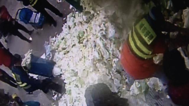 酒后,城管用白菜垃圾围堵超市店门