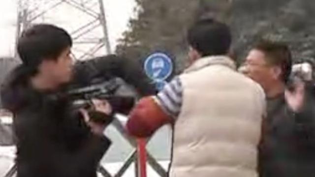 汽配城发生火灾,记者询问遭殴打