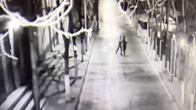 男子尾随女子抢劫,被路过小车吓走