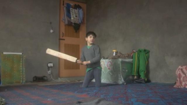 少年打板球双腿被炸,梦想当击球手