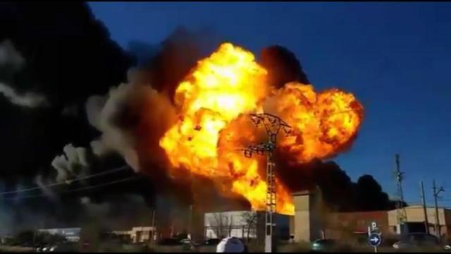 西班牙一化工厂爆炸:汽车飞起20米