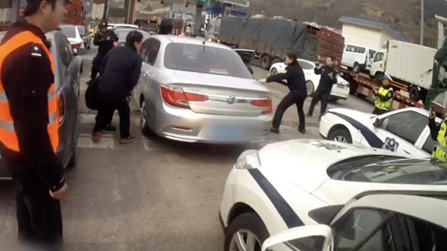 男子电话暗示遭劫持,警方前堵后追