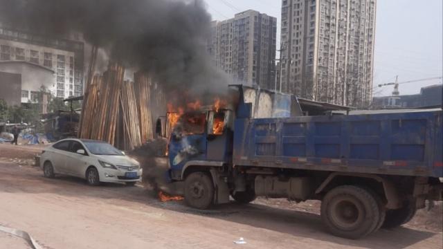 实拍:货车驾驶室起火,火势凶猛