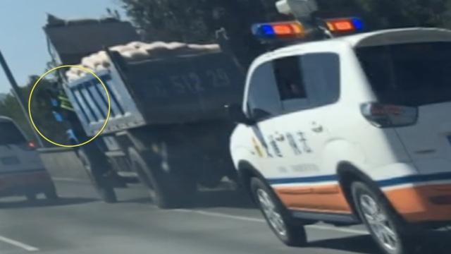 货车冲卡,夹带执法人员狂逃32公里